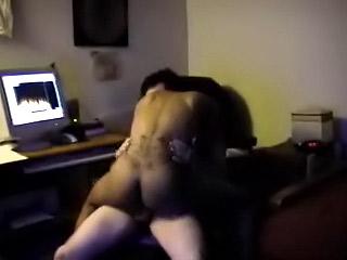 Troia nera cavalca il cazzo duro sul webcam